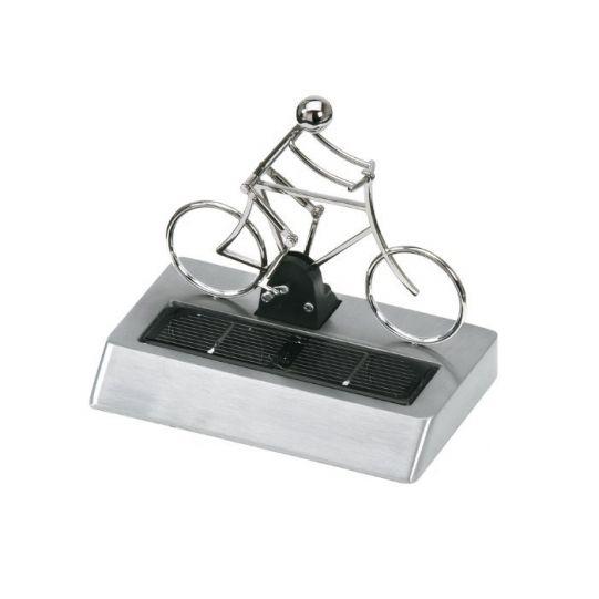 Велосипедист със слънчево захранване